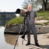 Daniel Schneeberger istmit seiner Kamera oft an Gewässern unterwegs. Hier an der Aare bei Stilli. (Britta Gut)