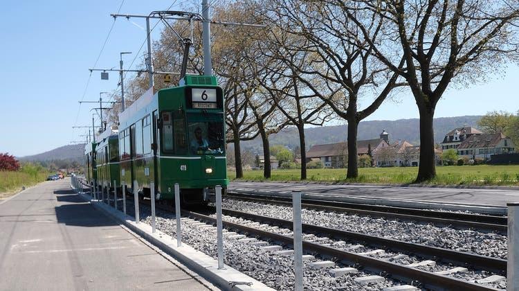 Noch stecken bloss Metallpfosten im Boden: Die BVB planen entlang der Tramlinie 6 ab Eglisee einen Zaun. (Kenneth Nars)