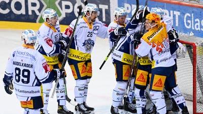 23.04.2021; Bern; Eishockey National League Playoff 1/4 Final - SC Bern - EV Zug; Die Zuger jubeln nach dem Spiel (Urs Lindt/freshfocus) (Urs Lindt / freshfocus)