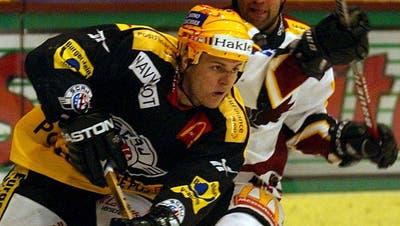 Ob Rappi, Zug oder die ZSC Lions: Für wen Dale McTavish (hier im schwarzen Trikot der St.Galler) in der Schweiz auch spielte, der Flügelstürmer war stets ein Torgarant. (Bild: Keystone (Genf, 2. November 2002))