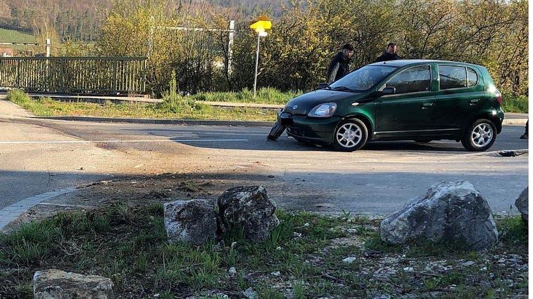 Auto kommt von Strasse ab und kollidiert mit Stein