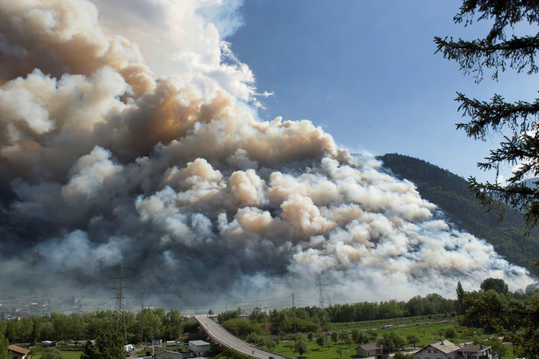 Der Waldbrand überraschte Visp am 26. April 2011.