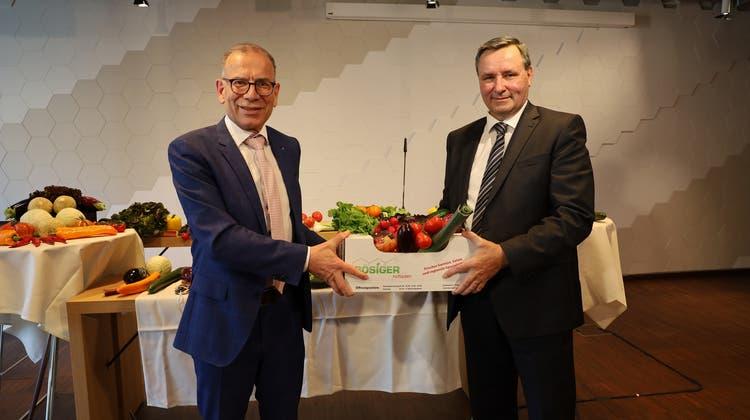 Hannes Germann (links) übergibt an Werner Salzmann. (Bild: VGSP)