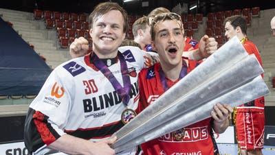 Matchwinner Patrick Eder (l.) und Manuel Maurer feiern den Meistertitel. (Ennio Leanza/KEYSTONE)