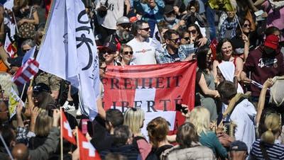 In Rapperswil wird am Samstag gegen die Massnahmen zur Bekämpfung der Coronapandemie demonstriert. (Keystone)