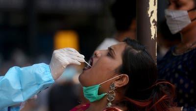 In Indien gab es in den letzten Tagen sehr viele Neuansteckungen mit dem Coronavirus. Nun ist das Land neu auf der Risikoliste des Bundes. (Symbolbild) (Keystone)
