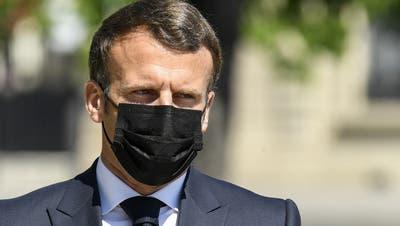 Frankreichs Präsidente Emmanuel Macron hat auf das Attentat auf eine Polizeistation reagiert. (Bertrand Guay / Pool / EPA)