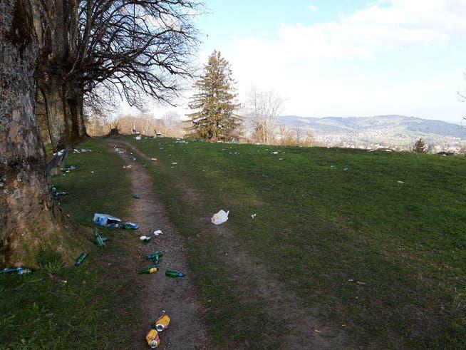 Am Sonntagmorgen auf dem Freudenberg: Bei Spaziergängerinnen und Spaziergängern kam diese Abfalllawine nach einer nächtlichen Party gar nicht gut an.