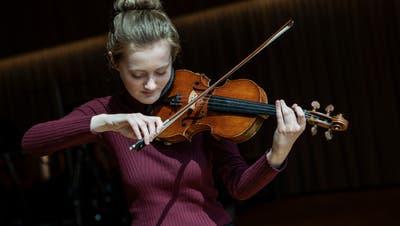 Vor dem Auftritt im Livestream: die Geigerin Noa Wildschut im Orchesterhaus beim Südpol. (Patrick Huerlimann)