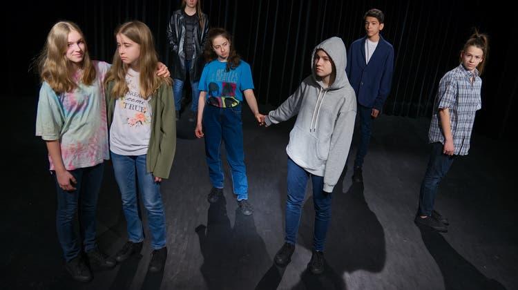 Die Schauspieler des Theaterstücks «Level up» besetzen jeweils mehrere Charaktere. (Bild: PD / Lukas Fleischer)