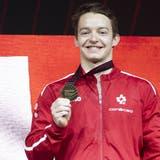 Christian Baumann holt sich am Barren Bronze. Es ist die zweite Medaille für den Aargauer an seinem Paradegerät. (Georgios Kefalas / KEYSTONE)