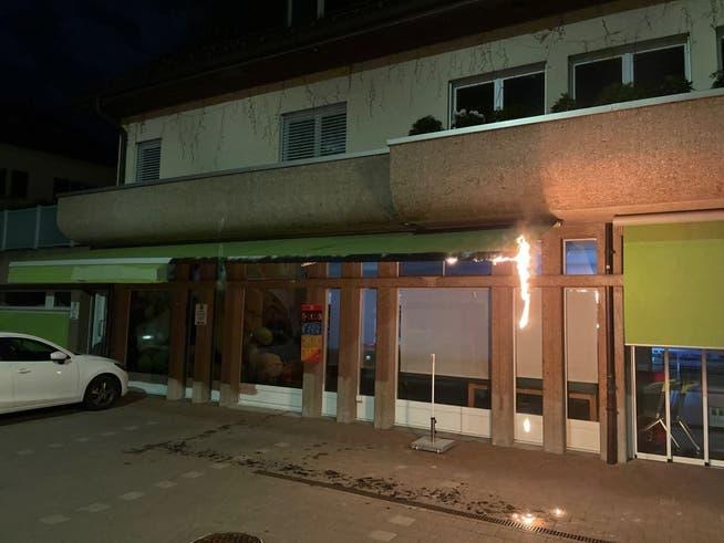 An der Guisanstrasse 95 stand in der Nacht auf Sonntag die Markise eines Lebensmittelgeschäfts in Flammen.