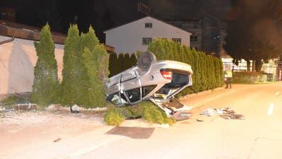Unsanftes Ende einer Strolchenfahrt: Das Unfallauto in Oberbüren. (Kantonspolizei St.Gallen)