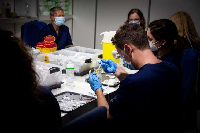 Im Impfzentrum St.Gallen in der Curlinghalle im Lerchenfeld wird der Impfstoff zur Verabreichung vorbereitet.