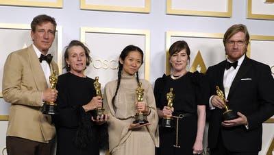 Chloé Zhao gewinnt als zweite Frau überhaupt den Regie-Oscar. (Foto: Chris Pizzello / Pool / EPA)