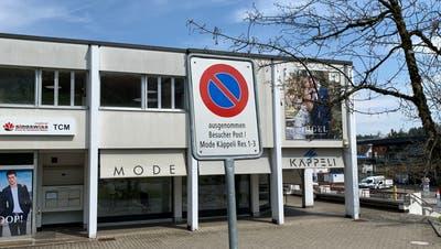 Am Tatort weisen mehrere Schilder darauf hin, dass Parkieren nur für Kunden der Post und Mode Käppeli erlaubt ist. (Pascal Bruhin)