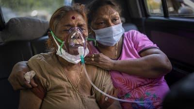 Eine Frau in Delhi wird mit Sauerstoff versorgt: In der indischen Hauptstadt und weiteren Metropolen gerät die Corona-Lage ausser Kontrolle. (Bild: Altaf Qadri / AP)
