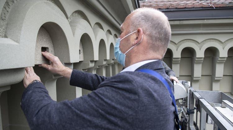 Nationalratspräsident Andreas Aebi montiert einen Nistkasten am Bundeshaus. (Keystone)