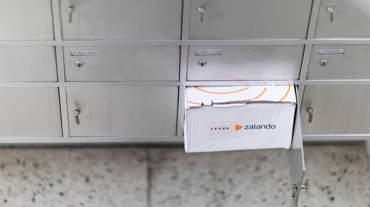 A Zalando parcel in a mail box, in Lucerne, Switzerland, on October 23, 2018. (KEYSTONE/Gaetan Bally) (Gaetan Bally / KEYSTONE)