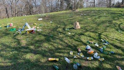 Am Sonntagmorgen zeigte sich das Ausmass der nächtlichen Feierei: Die Wiese auf dem Freudenberg ist übersät mit Dosen, Flaschen und Abfall. (Bild: Stadtpolizei St.Gallen)