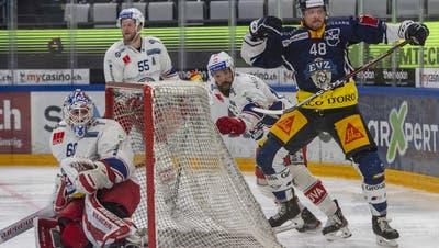 Rapperswil-Jonas Andrew Rowe (Zweiter von rechts) versucht Zugs Carl Klingberg zu stoppen. (Bild: Urs Flüeler / Keystone)