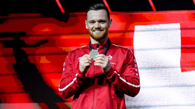 Benjamin Gischardzeigt stolz seine Silbermedaille. (freshfocus)