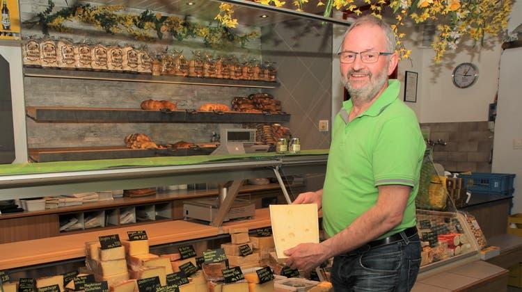Bruno Kaufmann mag seinen im Felsenkeller gereiften Emmentaler am liebsten. (Bild: Fränzi Göggel)