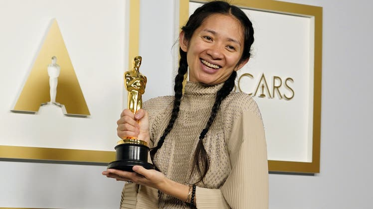 Inszeniert als wäre die Oscar-Show ein Film: Ein Crew-Mitglied poliert in Los Angeles Teile des Oscars-Design. (Foto: Chris Pizzello / AP)