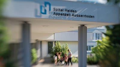 Das Spital Heiden wird geschlossen – die Beschriftung Ende Jahr abgehängt. (Bild: Benjamin Manser)