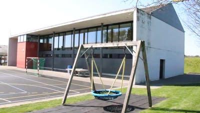 Der Anbau könnte an das bestehende Schulhaus Loowisen in Herrenhof angehängt werden. ((Bild: Barbara Hettich))
