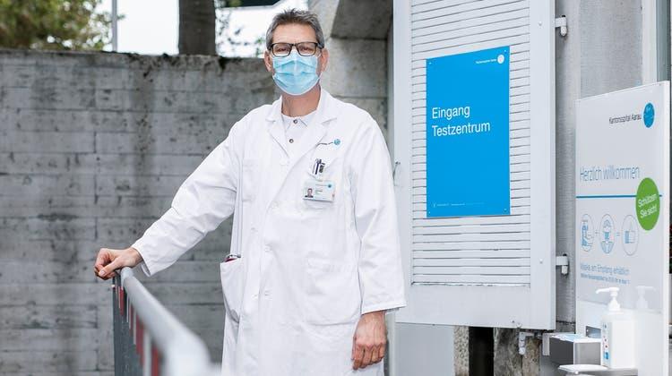Setzt mehr auf Eigenverantwortung als auf Verbote: der Infektiologe Christoph Fux vom Kantonsspital Aarau. (Bild: Britta Gut)
