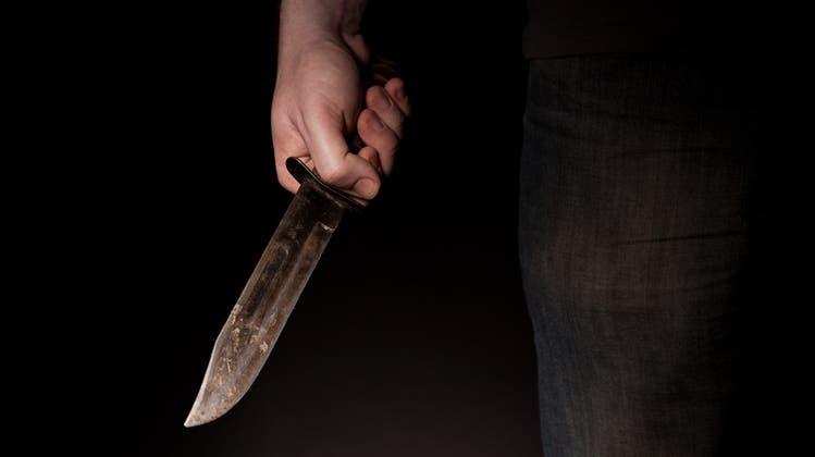 In jeder Hand ein Messer: Der Beschuldigte soll Ende Oktober 2020 beim Claraplatz auf zwei Polizisten losgestürmt sein. (Symbolbild: Fotolia)