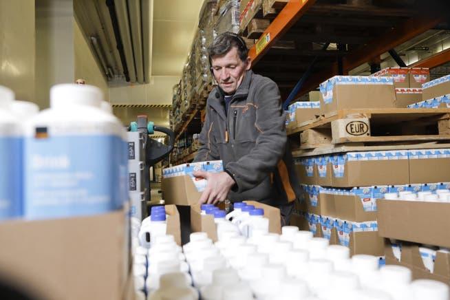 Stellt seit 40 Jahren im Coop-Verteillager in Gossau Milchprodukte für die einzelnen Läden bereit: Dieser Tage kann der 57-jährige Daniel Schmid ein ungewöhnliches Arbeitsjubiläum feiern.