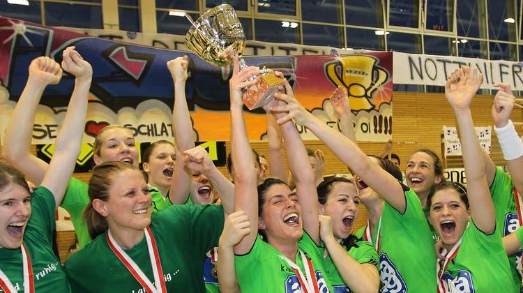Es ist vollbracht: Am 8. Mai 2010 feiern die Zugerinnen beim Erzrivalen Nottwil den ersten Meistertitel der Vereinsgeschichte. (Bild: Roger Zbinden)
