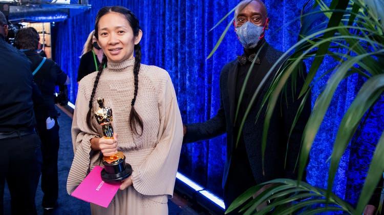 Chloé Zhao mit ihrem Regie-Oscar. (Handout / Getty Images North America)