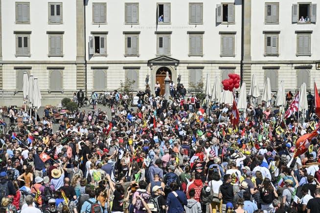 Demonstrationsteilnehmer am Samstag, 24. April 2021, in Rapperswil. Der Verein Stiller Protest hatte zu einer Kundgebung gegen Coronamassnahmen aufgerufen. Trotz fehlender Bewilligung wurden die Demonstranten nicht aufgehalten.