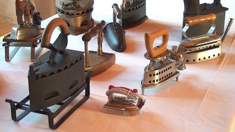Wie es wohl zu Lebzeiten dieser antiken Bügeleisenmodelle mit den Reparaturkonditionen und -abläufen war? (Archivbild: Erik Schwickardi / AGR)