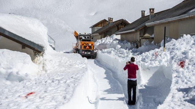 Immer wieder eindrücklich: Schneeräumungsarbeiten auf einem Urner Alpenpass, hier am Oberalp. (Bild: PD/Baudirektion Uri)