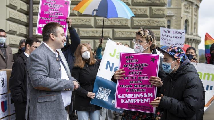 Ein Thema, das bewegt: Bereits bei der Einreichung der Unterschriften Mitte April kam es zu Demonstrationen der Referendumsgegner. (Keystone)