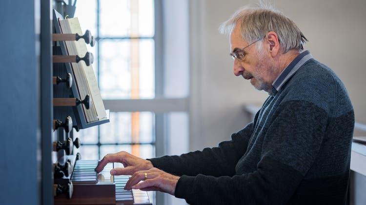 Wolf-Dieter Burkhard spielt seit 50 Jahren an der Orgel der Scherzinger Kirche. (Bild: Michel Canonica)