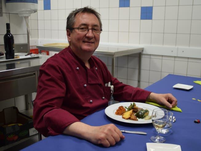 Gastronomie-Leiter Markus Weishaupt ist beim Probekochen absolut zufrieden mit seiner Lernenden.
