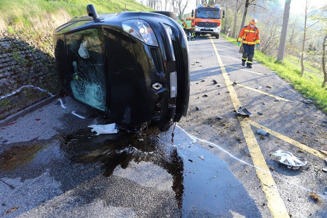 Das stark beschädigte Auto nach dem Selbstunfall vom Dienstagmorgen auf der St.-Georgen-Strasse neben dem Wenigerweier.