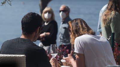Maske auf vor und nach der Konsumation? Müsste man - tut aber kaum jemand. (Bild: Keystone)