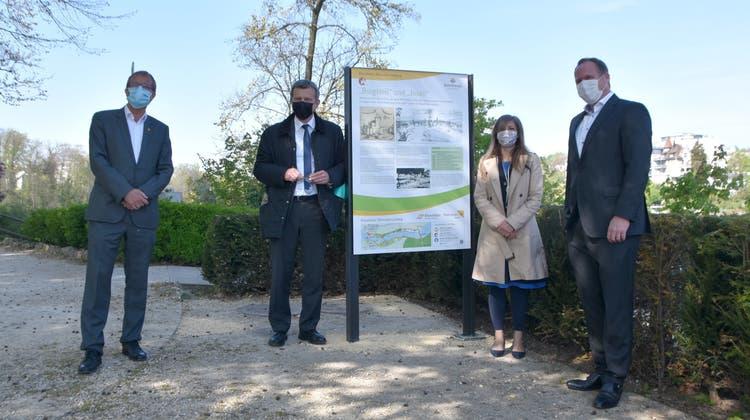 v.l. Oberbürgermeister Klaus Eberhardt, Stadtammann Franco Mazzi, Monica Linder-Guarnaccia(IBA) und Jörg Reichert (Energiedienst) freuen sich über die Fertigstellung des Rundwegs. (Horatio Gollin)