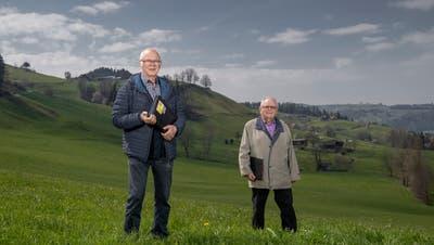 Alois Hodel (links), Präsident des Solidaritätsfonds Luzerner Bergbevölkerung, gibt sein Amt nach 10 Jahren ab. Rechts im Bild: der langjährige Berater des Vereins, Hugo Bättig. (Bild: Pius Amrein  (Schwarzenberg, 27. April 2021))