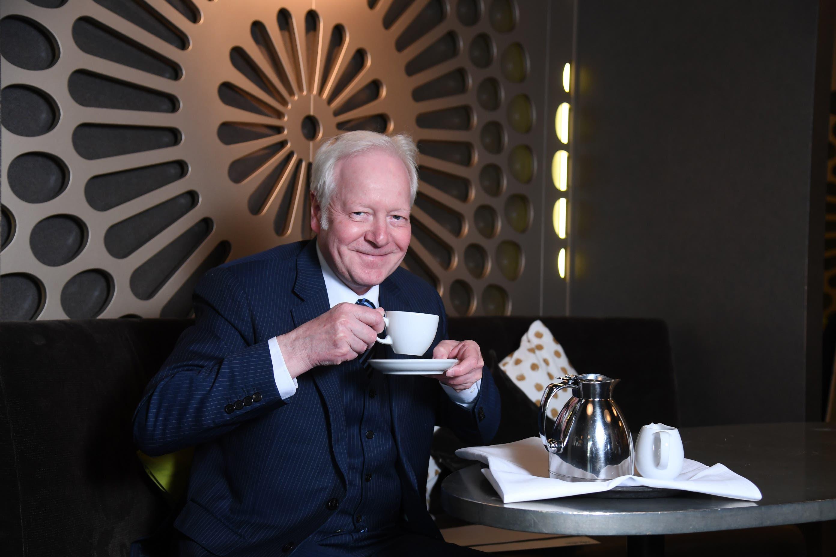 Als Dauergast entwickelte Fritz Schenkel neue Routinen. Dazu gehört der Milchkaffee am immer gleichen Tisch.