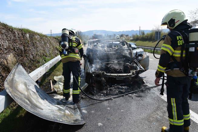 Das ausgebrannte Auto auf der Autobahn N23 bei Steinach.