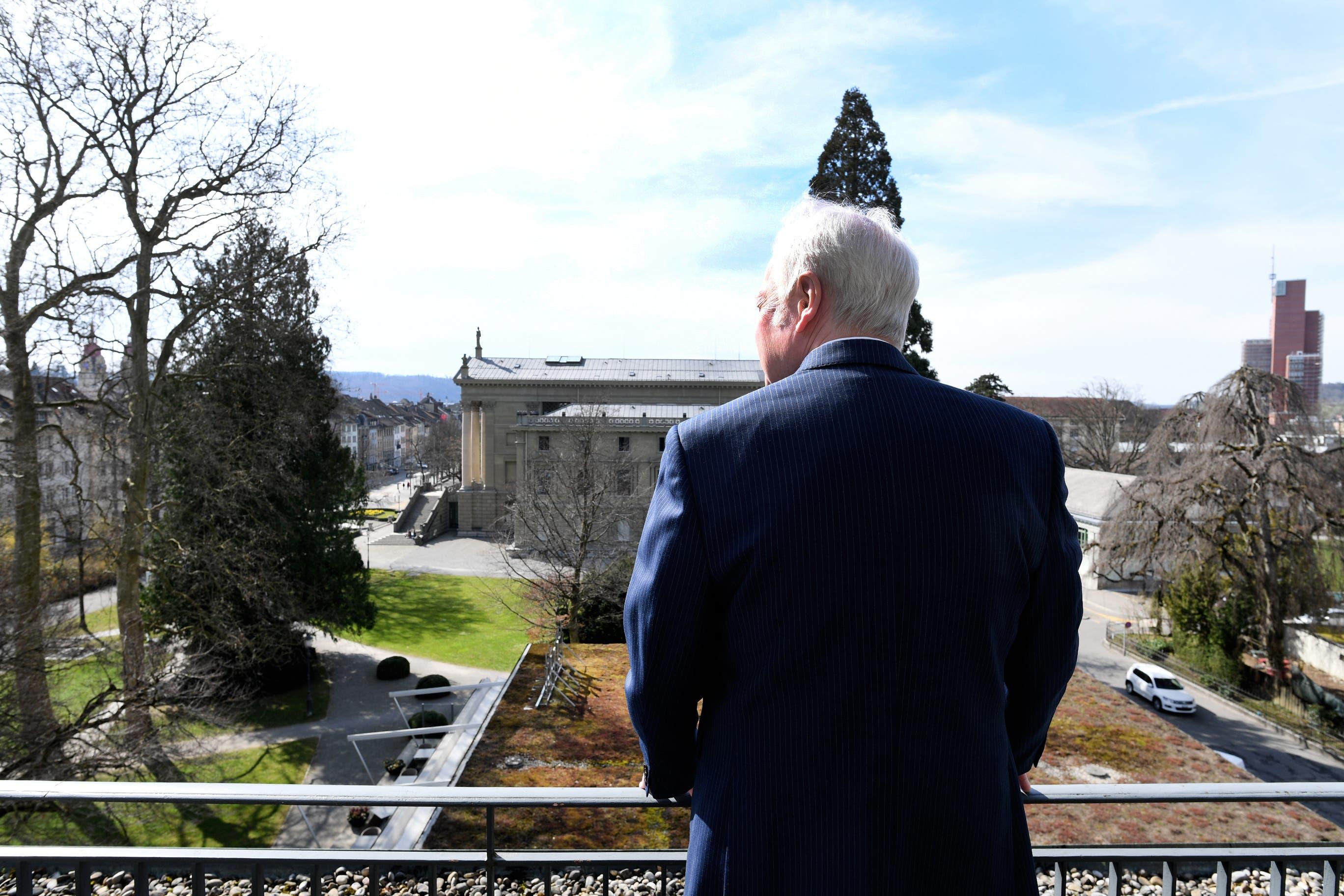 Fritz Schenkel geniesst von seinem Balkon die Aussicht auf das Stadthaus.