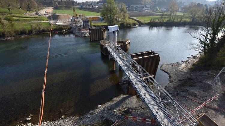 Drei der vier Pfeiler, auf denen die Reussbrücke zu liegen kommt, stehen bereits. (Bild: Kanton Aargau)