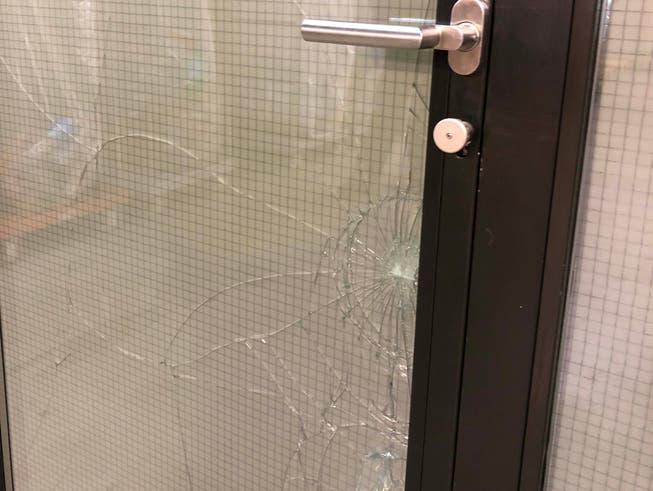Eine beschädigte Glastüre beim Gallusmarkt im Osten von St.Gallen.